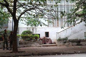 Hà Nội: Hoảng hồn phát hiện bé gái rơi từ tầng 7 xuống đất