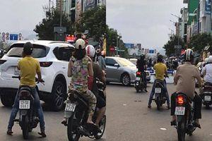 Dừng xe giữa đường nghe điện thoại, người đàn ông bị cư dân mạng chỉ trích dữ dội