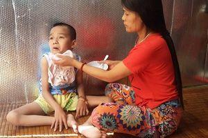 Cảm thương cô giáo nghèo suốt 11 năm nuôi con bệnh tật, khát khao bục giảng
