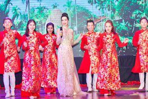 Trịnh Kim Chi duyên dáng trong tà áo dài Minh Châu