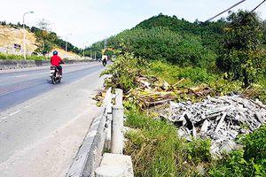 Hành lang quốc lộ thành nơi chứa rác thải