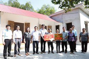 Công ty TNHH MTV Xổ số kiến thiết Ninh Bình gắn biển và trao nhà tình nghĩa cho gia đình khó khăn