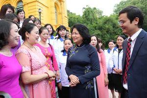 Phó Chủ tịch nước gặp mặt các thầy, cô giáo tiêu biểu dạy học sinh khuyết tật