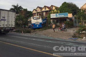 Tai nạn liên hoàn giữa xe tải và 2 xe khách, nhiều người bị thương
