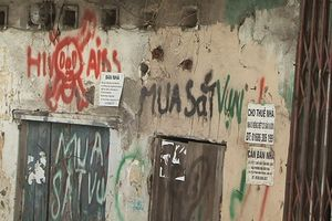 Xử phạt du khách nước ngoài vẽ bậy lên tường 1,5 triệu đồng