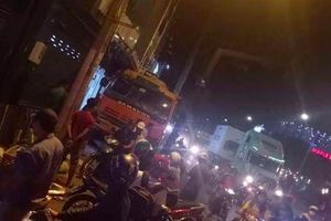 Xe tải hỏng phanh ngay trước dòng người dừng đèn đỏ, tài xế đánh lái tông nhiều bảng hiệu