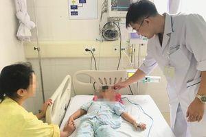 Mẹ cho uống nước lá lộc mại chữa táo bón, bé trai 4 tuổi suýt thiệt mạng