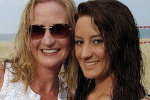 Biết trước cái chết, cô gái 20 tuổi yêu cầu mẹ viết bản cáo phó gây sốc