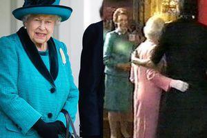 Từng bị chỉ trích khi 'cả gan' khoác vai Nữ hoàng Anh, bà Obama lần đầu tiết lộ sự thật bất ngờ giữa hai người