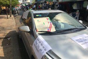 Không phải chuyện đỗ xe, những mảnh giấy dán chi chít trên ô tô nhắc chủ nhân việc khác