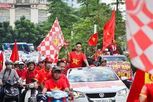 Chưa tới giờ bóng lăn, cổ động viên đã diễu hành khắp phố phường Hà Nội tiếp lửa cho đội tuyển Việt Nam