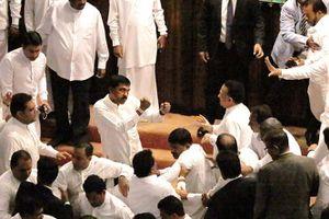 Nghị sĩ ẩu đả dữ dội trong phiên họp Quốc hội Sri Lanka