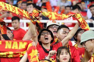 Cổ động viên tiếp lửa trên sân Mỹ Đình trong cuộc đấu với Malaysia