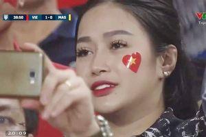Những nữ cổ động viên xinh đẹp 'hút hồn' cộng đồng mạng trong trận Việt Nam chiến thắng Malaysia
