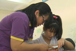 Hành trình 10 năm đi 20 km đến trường để giảng dạy trẻ khiếm thị