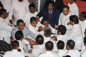 Quốc hội Sri Lanka hỗn loạn, nghị sĩ đối lập lao vào ẩu đả