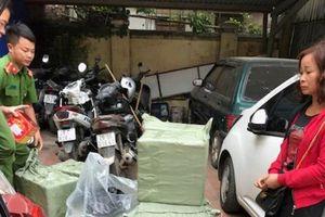 Hà Nội: CSGT bắt quả tang taxi vận chuyển hơn 200kg pháo nổ
