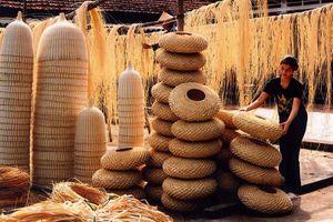 Tận mắt thưởng lãm nghệ nhân 'phù phép' sản phẩm tinh hoa văn hóa làng nghề
