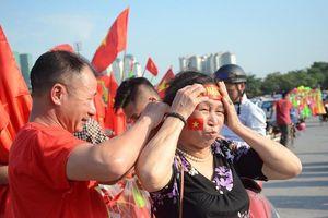 Việt Nam - Malaysia: Chưa bắt đầu trận đấu, hàng ngàn CĐV đã 'biểu dương lực lượng' khắp các phố, cổ vũ khản cả giọng