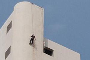 Thi thể có vết bắn, chém treo lơ lửng trên tòa nhà 31 tầng ở Thái Lan