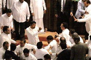 Nghị sĩ Sri Lanka 'động tay chân' trên nghị trường