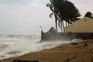 Áp thấp đang mạnh lên, gió giật cấp 8, Nam biển Đông sóng lớn