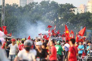 Cổ động viên Việt Nam biến Mỹ Đình thành 'chảo lửa'