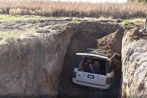 Vì sao chủ nhân Range Rover quyết định chôn vùi xe thay vì sửa chữa?