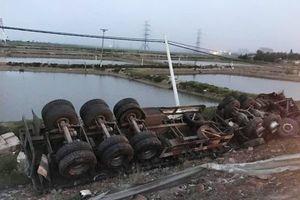 Xe container lấn đường gây tai nạn, nằm 'phơi bụng' dưới chân cầu Gianh