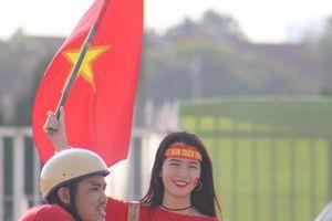 Sân Mỹ Đình: Nhiều hot girl có mặt từ sớm tiếp lửa cho đội tuyển Việt Nam gặp Malaysia