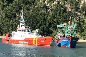 Xuyên đêm cứu 10 thuyền viên trên tàu cá bị hỏng máy