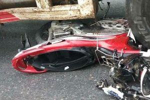Xe container cuốn nhiều xe máy vào gầm, 4 người thương vong