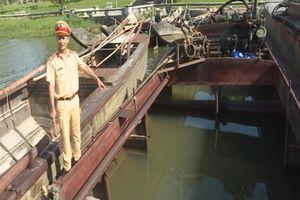 Huế: Bắt quả tang 8 thuyền khai thác cát trái phép trên sông Hương