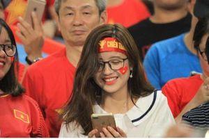 Xuất hiện trên khán đài trận Việt Nam - Malaysia, facebook cô gái trẻ bỗng bị 'tấn công'