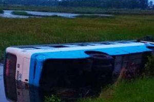 Cà Mau: Tài xế ngủ gật, xe 29 chỗ lao xuống vuông tôm