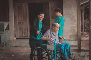 Chàng trai khuyết tật hăng say làm tình nguyện