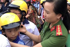 Công an tặng mũ bảo hiểm cho học sinh