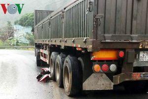 Xe đầu kéo tông liên hoàn 4 xe máy khiến 6 người thương vong