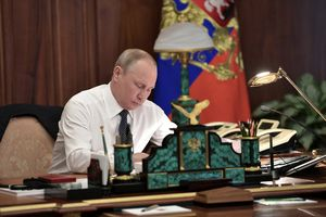 Bộ dụng cụ để bàn làm việc có gắn quốc huy Nga giá 220 triệu đồng