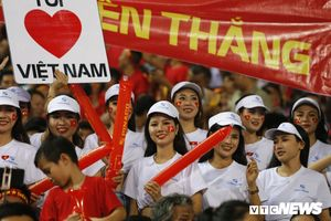 Dàn mỹ nữ nóng bỏng 'thắp lửa' khán đài trận Việt Nam vs Malaysia