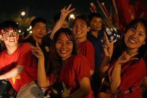 Đốt pháo sáng, nhảy múa hết mình sau khi đội tuyển Việt Nam giành chiến thắng lẫy lừng