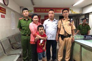 CSGT giúp tìm cháu bé 7 tuổi đi lạc khi xem 'đi bão' sau trận Việt Nam - Malaysia ở Sài Gòn