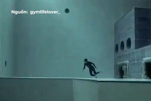 Thợ lặn chinh phục bể bơi sâu thẳm trong một lần nín thở