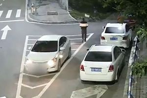 Tài xế quên kéo phanh tay, ôtô lao tự do vun vút trên đường