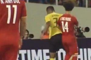 Đánh nguội Công Phượng, cầu thủ Malaysia may mắn thoát thẻ đỏ