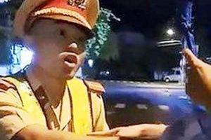 Vụ CSGT 'té ngửa': Thanh niên 'thúc cùi chỏ' bị phạt 2 triệu đồng