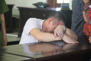 Xót xa tiếng khóc của đứa trẻ chưa đầy 1 tuổi khi gặp bố ở phiên tòa