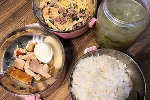 'Cơm mẹ nấu' mang đi làm của cô gái khiến nhiều người ghen tỵ