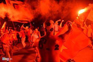 Đỏ rực dòng người đổ ra đường ăn mừng chiến thắng của đội tuyển Việt Nam