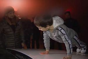 'Tiểu lực sĩ' được lãnh đạo Chechnya tặng xe